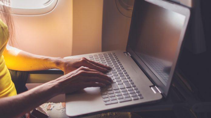 Austrália pondera proibir computadores portáteis nos voos